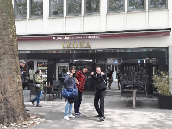 3 hungrige Samurai vor dem besten jap. Restaurant in Frankfurt