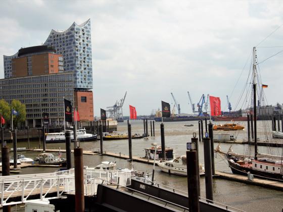 1. Mai 2017 - Hamburg Elbpromenade mit Blick auf die Elbphilharmonie